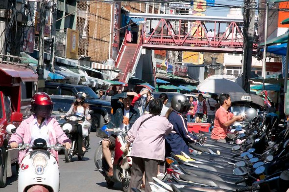 Warorot Market connecting bridge